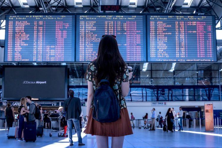 Voyageuse dans un aeroport