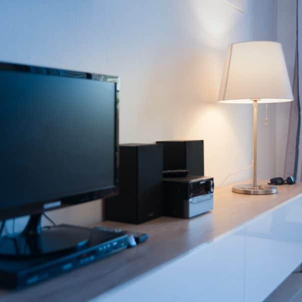 Salon avec Tv, lecteur DVD et chaine hifi