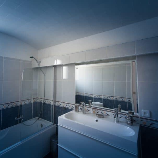 Salle de bain, baignoire, douche et double vasque