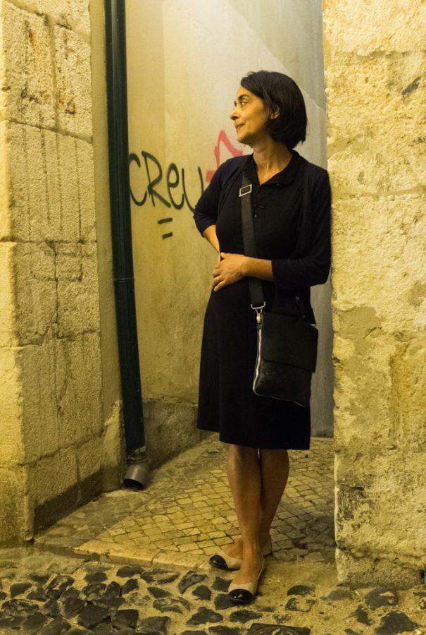 Portugaise dans une rue de nuit